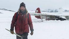 """Το """"Arctic"""", αποτελεί ένα χαρακτηριστικό παράδειγμα του τι μπορεί να προκύψει, όταν το ταλέντο, η φρέσκια ματιά και η δουλειά συνδυαστούν, αφήνοντας στην άκρη τα μεγάλα χρηματικά ποσά. Ο βραζιλιανός σκηνοθέτης Joe Penna, κάνει το ντεμπούτο στον κινηματογράφο τραβώντας"""