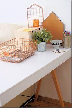 Dekoracje w domowym biurze: metalowe koszyki