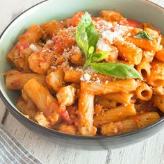 One Pot Pasta: Würzige Hähnchen-Rigatoni From a pot and with a shot! Chicken, tomato and mushrooms are transformed with rigatoni and white wine into a creamy one-pot pasta. Baby Food Recipes, Pasta Recipes, Beef Recipes, Casserole Recipes, Vegetarian Recipes, Chicken Recipes, Dinner Recipes, Healthy Recipes, Rigatoni Recipes