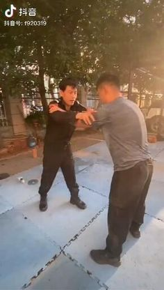 Krav Maga Self Defense, Self Defense Moves, Self Defense Martial Arts, Fight Techniques, Martial Arts Techniques, Self Defense Techniques, Karate, Martial Arts Workout, Martial Arts Training