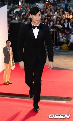 Kim Soo Hyun (the guy in the background looks like a tiny man!)