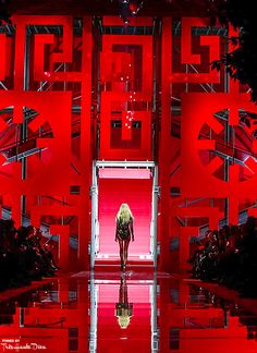Love how they decorated the venue...striking!  Versace Fall 2015 RTW ♔Très Haute Diva♔