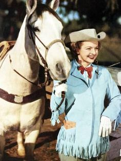 *DALE EVANS ~ and Buttermilk.My dad and I went to see Dale and Roy Rogers in L. I still remember them riding their horses. But I can't remember Roy's horse's name? Guess it's a senior moment! Vintage Cowgirl, Vintage Tv, Cowboy And Cowgirl, Cowgirl Style, Vintage Glamour, Cow Girl, Cow Boys, Horse Girl, Dale Evans