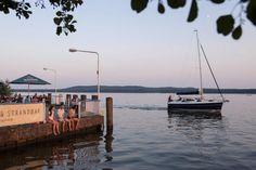 """""""Gestrandet"""": So heißt die Strandbar in Friedrichshagen am Großen Müggelsee, wo es zum Feierabendbier ein schönes Wellenspiel gibt."""