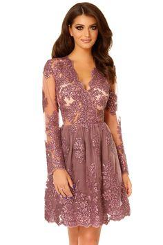 O rochie de seara cu accente glamour, Selin reprezinta piesa de rezistenta a unei aparitii spectaculoase la un banchet, o gala sau orice eveniment special.