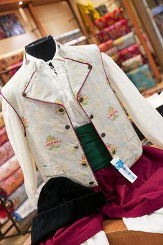#Saragüell #Indumentariacaballero #Indumentariaregional #Fallas #LaBarracaFallera Regional, Denim, Jackets, Fashion, Sheds, Exhibitions, Down Jackets, Moda, Fashion Styles