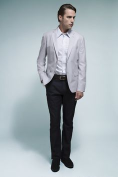 Camisa branca com xadrez suave, blazer gelo listrado, calça chino em jeans com lavagem escura e mocassim marinho. Os overtops em cores claras estão em alta.