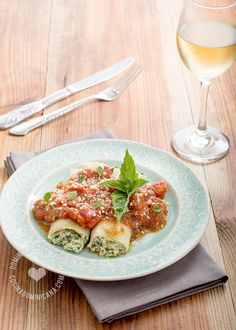 Cannelloni Filled with Ricotta and Spinach Recipe: Delicious dish that is much more easy to make that it seems. They will be a hit at the dinner table.