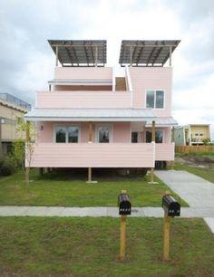 Arquiteto Frank Gehry projeta casas sustentáveis para ONG de Brad Pitt. O arquiteto canadense Frank Gehry trabalha em seu projeto de construção de casas ecológicas para famílias que perderam suas moradias após o furacão Katrina, que passou por Nova Orleans, nos Estados Unidos, em 2005.    Dois anos após o desastre, o ator de Hollywood fundou a ONG Make it Right (Faça Direito, em tradução literal). Através da instituição ele pretende construir 150 novas casas em um dos bairros destruídos.