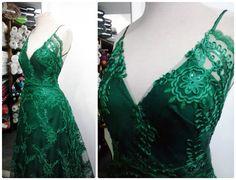 Vestido de tafetá de seda com renda soutache verde esmeralda. #vestido #dress #tafeta #soutache #esmeralda