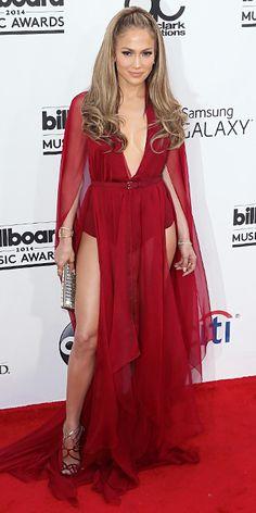 Jennifer López, otra latina que brilla dondequiera que vaya. Esta vez en un vaporoso traje rojo intenso, que incluye una capa más liviana a las que estamos acostumbrados a ver últimamente en las galas. Excelente adaptación de tendencia. #BillboardMusicAwards2014 #Red Carpet