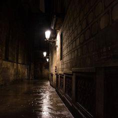 Instagram【biscomaniax】さんの写真をピンしています。 《しばらくスペイン旅行のようすを反芻するよ。 12/16 スペイン バルセロナ、旧市街のあたり。雨の夜。 (ひとりで歩いちゃダメ的ムードの細道)  #d7200 #nikon #photooftheday  #indies_gram #東京カメラ部 #tokyocameraclub #ppschool #スナップショット #snapshot #streetsnap #キリトリ部 #夜景 #風景 #旅 #スペイン #バルセロナ #Spain #Barcelona》