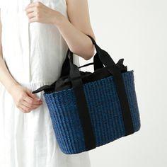 """かぎ針編みの基本「鎖編み」と「細編み」さえマスターすれば、様々なものを編むことが出来ます。今記事では、かぎ針の基本「鎖編み」と「細編み」の編み方と、ナチュラルな質感が素敵な""""麻ひも""""を使ったバッグの編み方を紹介します。用意するのは、かぎ針と麻ひもだけ。記事を参考に、早速編んでみましょう。 もっと見る"""