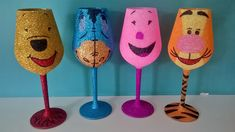 Decorated Wine Glasses, Painted Wine Glasses, Wine Glass Crafts, Bottle Crafts, Glitter Wine Glasses, Christmas Glitter Glasses, Champagne Glasses, Wine Glass Candle Holder, Diy Tumblers