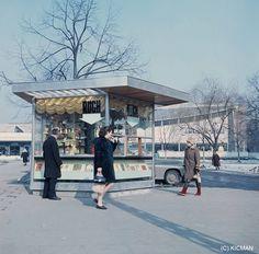 Warszawa - kiosk Ruchu przed Supersamem, fot. Józef Kicmal (1967) Warsaw City, Ppr, Kiosk, City Photo, Nostalgia, Street View, Vogue, Europe, Cities