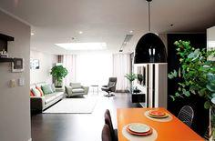 <실패 없는 아파트 인테리어> 중 구매자는 보통 같은 평수와 값이면 넓어 보이는 집을 선택해요. 구매자의 입맛에 맞춘 집을 꾸미기 위해서는 넓어 보이는 가구 배치가 중요해요. 거실은 ㄱ자보다는 일자형 배치가 공간을 넓어 보이게 해요. 소파와 TV장은 병렬 구조로 마주 보도록 가능한 한 벽에 붙여놓으세요. 또 거실 중앙에 커다란 소파 테이블을 두는 경우가 많은데 거실 중앙은 아무것도 없이 비워둬야 시야가 확장돼 넓어 보여요. 그리고 블랙&화이트나 그레이 등 무채색으로 가구를 통일하면 산만해 보이지 않으면서 집이 정돈되고 넓어 보이는 효과를 주죠. 장식이 많은 가구나 시선을 끄는 컬러의 소품은 가능한 치워두는 것도 좋은 방법이랍니다. - 전선영(인테리어 스타일리스트)<실패 없는 아파트 인테리어> 중