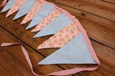 Σημαιάκια Floral Ρομαντικό Ροζ/Πουά Μέντα FLG-91P25M  Υφασμάτινα σημαιάκια σε σχέδιο floral ρομαντικό ροζ/πουά μέντα.Διακοσμήσετε εύκολα μόνοι σας την τελετή και τη δεξίωση του γάμου και της βάπτισης, το party, το παιδικό δωμάτιο, χώρους για παιδιά και χώρους εκδηλώσεων.Συσκευασία 9 τεμαχίων. Pot Holders, Quilts, Blanket, Hot Pads, Potholders, Quilt Sets, Quilt, Rug, Blankets