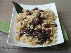 Le farfalle radicchio olive e pinoli sono un primo piatto saporito, profumato, semplice, da preparare mentre bolle l'acqua per la pasta.