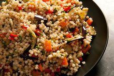 Dit couscous recept met aubergine is werkelijk een van mijn persoonlijke favoriete gerechten. De smaken komen zo goed samen dat je dit echt moet proberen. Ingrediënten 4 personen 2 aubergines in plakken van 1 cm. 4 eetlepels olijfolie. zout en versgemalen...