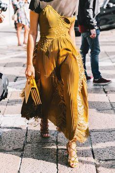Mustard yellow dress with fringe summer fashion street style, looks street style, street style Street Style Outfits, Looks Street Style, Nyfw Street Style, Spring Street Style, Look Fashion, Autumn Fashion, Fashion Tips, Fashion Design, Street Fashion