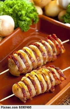 Potato skewers with bacon. These would be great over a camp fire!   Pinchos de patata con tocino. Éstos serían grandes sobre un fuego de campamento!
