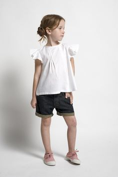 Un conjunto con mucho rollo para tu pequeña formado por una camiseta blanca y unas bermudas.
