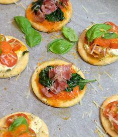 Italské slané minikoláčky s vůní léta | KořeníŽivota.cz Pizza Party, Bruschetta, Finger Foods, Vegetable Pizza, Food And Drink, Easy Meals, Sweets, Vegetables, Cooking