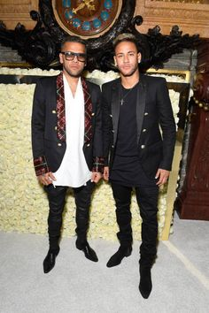 Neymar and Dani Alves attend Paris Fashion Week - Balmain show 170928 Paris Fashion, Fashion Show, Neymar Pic, Dani Alves, Guy Outfits, Mens Fashion Blazer, Football Stuff, Boys Suits, Lewis Hamilton