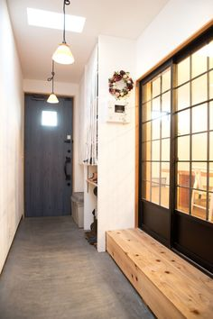 A house that seeks out its own home and enjoys little change (Doma-style entrance) Hurry Home, Interior Architecture, Interior Design, Great Leaders, Japanese House, Facade House, Small Office, Fashion Room, Dream Rooms