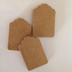 Tag Kraft Clássico <br> <br>Confeccionado em papel kraft 250 gr. <br> <br>Tamanho: 4,5 cm A x 3 cm L <br> <br>Tag kraft: R$0,35 cada <br> <br>Tag kraft + texto e/ou logo: R$0,50 cada <br> <br>Tag kraft + texto e/ou logo + fita = R$0,60 cada <br> <br>Pedido minimo: 20 unidades <br> <br>Informar no ato da compra se deseja incluir texto e fita. <br> <br>Valor fixo do frete: R$7,00 por carta registrada