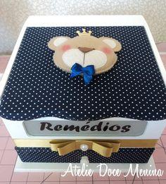 Caixa de Remédios ( Farmacinha ) em MDF revestida com tecido 100% algodão e aplique de rostinho de ursinho.    Alteramos a cor do tecido conforme desejar e podemos fazer para meninos e com outros temas consulte-nos. Kit Bebe, Diy And Crafts, Patches, Clip Art, Kids Rugs, Home Decor, Craft Box, Fabric Boxes, Decorative Boxes