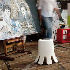 Vaso-Sgabello Splash Ispirato a una goccia che tocca terra, lo sgabello Splash è realizzato in polietilene stampato in rotazionale. Ha una seduta comoda e, capovolto, raddoppia la sua utilità diventando un vaso o un contenitore capiente. Comodo, colorato, multifunzionale. Cosa volere di più?