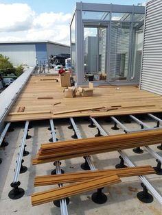 Elondo hardwood decking with Exterpark Magnet fixing system installation onto private rooftop terrace Outdoor Restaurant Design, Patio Design, House Design, Rooftop Terrace Design, Deck Fire Pit, Hardwood Decking, Small Patio, Backyard Patio, Outdoor Living