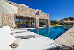 Santa Ponça, Mallorca, Spanien  Moderne Interpretation mallorquinischer Architektur. Das Anwesen nahe Calvia lässt keine Wünsche offen: Erleben Sie eine Wohnqualität auf höchstem Niveau und in hinreißendem Ambiente mit Panoramablick auf die umliegende mallorquinische Berglandschaft.