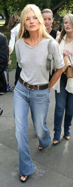 Such a good look. Kate Moss wearing Topshop's retro-style jeans Shown in Harper's BAZAAR Fashion Model Pictures, Fashion Models, Fashion Articles, Fashion News, Fashion Trends, Jeans Denim, Blue Jeans, Street Chic, Street Style