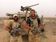 Two British elite soldiers from the Pathfinder Platoon on a recon mission in… Military Police, Military Weapons, Military Art, Military History, Military Personnel, Weapons Guns, Gi Joe, Tactical Beard, Parachute Regiment