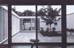 Fuente: A+U, Architectiure and Urbanism. Modern Houses in the Century. designing his own home, losep Lluís Sert sought to replace the suburban single-fa Cambridge, Casa Patio, Arch House, Space Architecture, Beautiful Space, Decoration, Mid-century Modern, Exterior, Outdoor