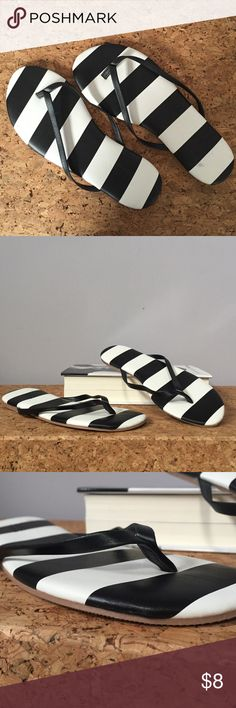 🐼Old Navy striped flip flops NWOT BRAND NEW! Never worn. Old Navy black and white striped padded thong sandals/flip flops. Leather-like strap. Size 6. Bundle or make offer! Old Navy Shoes Sandals