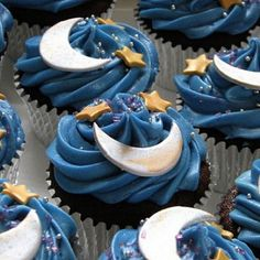 Who doesn't love yummy cupcakes?Cupcakes seem to be all the rage nowadays especially the ones decorated creatively.In elegant events like weddings or birthday Galaxy Cupcakes, Star Cupcakes, Pretty Cupcakes, Cupcake Cakes, Eid Cupcakes, Decorated Cupcakes, Themed Cupcakes, Yummy Cupcakes, Galaxy Cake