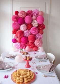 Joli déco pour une fête de Saint Valentin. Valentine's party decor with lanterns and balloon.