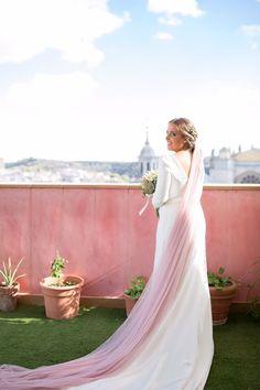 El pan de oro envejecido y las esquisitas tonalidades en tonos nude que solo las #flores #naturales pueden dar a tu #ramo de #novia, combinan a la perfección con otra de las tendencias más importantes para novia del momento, el #velo #rosa.