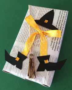 Mauriquices: Laço de bruxa! Diy Halloween, Ale, Gift Wrapping, Gifts, Handmade Christmas Crafts, Diy And Crafts, Fall Preschool, Witch Broom, Magic Words