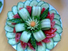 Veggie Tray Flower (cucumber & tomatoes) If you are wanting to get healthy & you need Appetite Control & Energy.You will LOVE Saba ACE I walk right past the candy isle. Click pic to get bott (Bottle Green Combination) Veggie Art, Fruit And Vegetable Carving, Vegetable Salads, Cute Food, Good Food, Veggie Platters, Food Garnishes, Garnishing, Food Carving