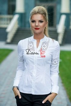 Nothing sharper then a crisp white blouse, they go with everything from jeans to a dressier outfit Dressy Outfits, Cool Outfits, Stella Fashion, Dress Patterns, Casual Chic, Shirt Blouses, Girls Dresses, Tunic Tops, Shirt Dress