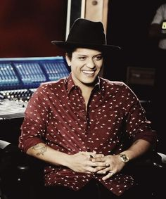 What a Stunning smile on Bruno Mars! He has one Adorable face!!