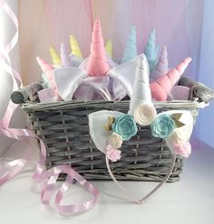 Que tu fiesta sea extra especial con un paquete de fiesta de 10 unicorn horn y orejas las vendas incluyendo una diadema de encargo especial para la cumpleañera. Estas vendas son geniales para decorar usted mismo con gemas, etiquetas engomadas de la espuma o flores falsas, las