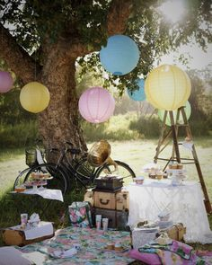 wat kleden op de grond, wat oude luiken of kastjes tegen een boom en lampionnen erboven ,,,, et voila .... super creatie