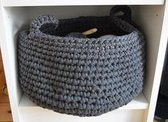 Wie schon vor ein paar Tagen angekündigt, müssen die rund 10kg Textilgarn nun langsam verarbeitet werden. Schließlich ist der Stauraum für Wolle auch in unserem Haushalt endlich. Zumal es in allen …