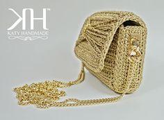 Pochette di piccole dimensioni realizzata interamente a crochet con filato italiano color oro con filamenti lurex in tono. Struttura rigida, foderata internamente in raso color champagne. Bottone magnetico centrali. Accessori in metallo dorato. Tracollina in catena dorata. Dimensioni: Color Champagne, Color Oro, Metallica, Crochet Hats, Handmade, Fashion, Pouch Bag, Knitting Hats, Moda