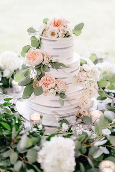 White, gray, peach wedding cake | Photography: Lilli Kad